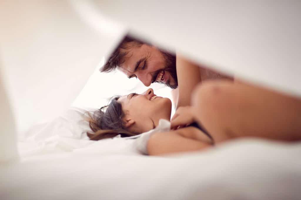 couple de quarantenaires qui s'épanouissent sexuellement dans un lit