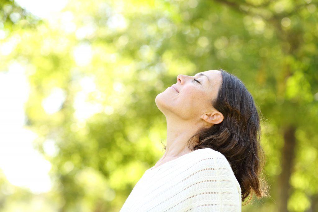 femme soulagée de ses douleurs chroniques grâce à l'hypnose